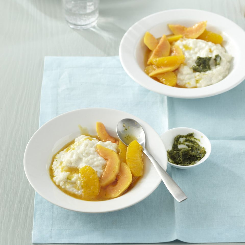 Kokosmilchreis mit Orangen-Papaya-Kompott und Minz-Pesto