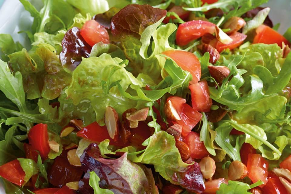 Grüner Salat mit Tomaten-Vinaigrette Rezept