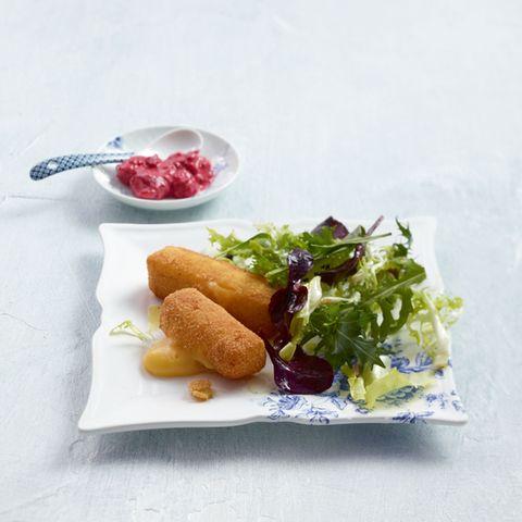 Salat mit Himbeer-Senf und Gouda-Sticks