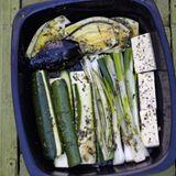 Gemüse und Grillkäse in Kräutermarinade