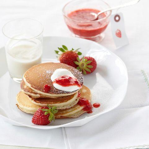 Sauerrahm-Pfannkuchen mit Erdbeeren
