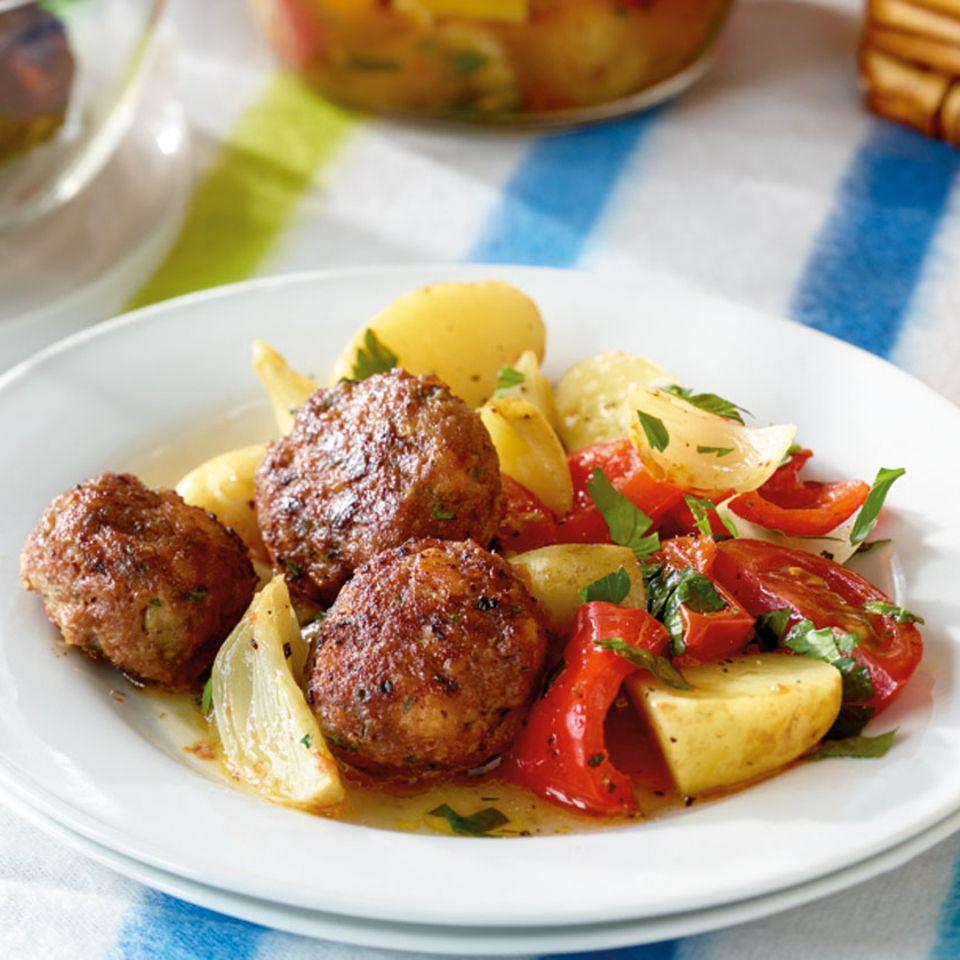 Hackbällchen mit Kartoffel-Paprika-Gemüse