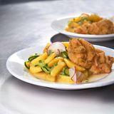 Gurken-Kartoffel-Salat mit Kräuterschnitzel