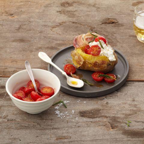 Hüttenkäse-Dip mit Kirschtomaten und Pancetta