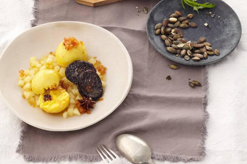 Kartoffelknödel mit Blutwurst und Zwiebelschmelze Rezept