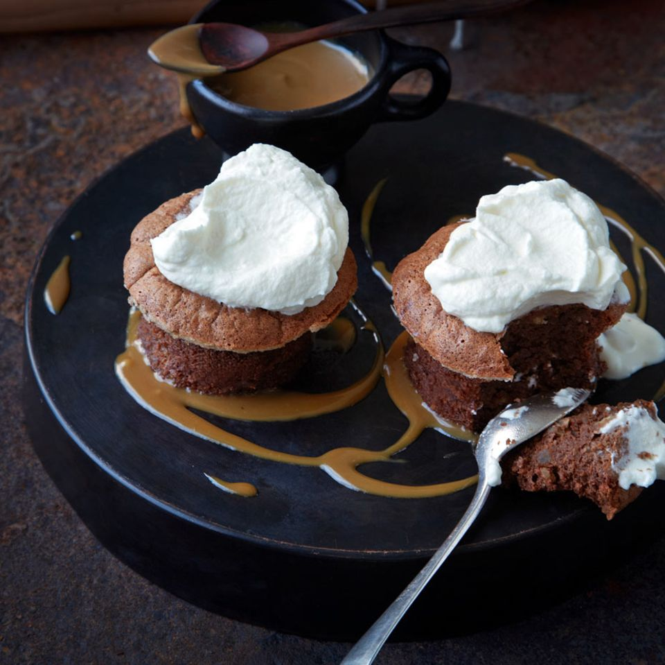 Schokoladen-Macadamia-Soufflés mit Karamellsauce