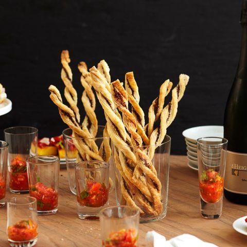 Tapenade-Stangen mit Tomaten-Salsa
