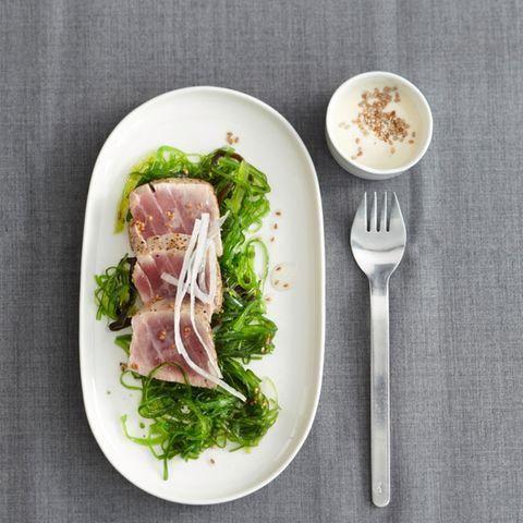 Thunfisch auf Algensalat