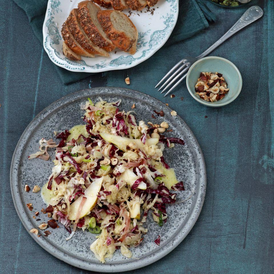 Sauerkraut-Radicchio-Salat mit Nuss-Dressing