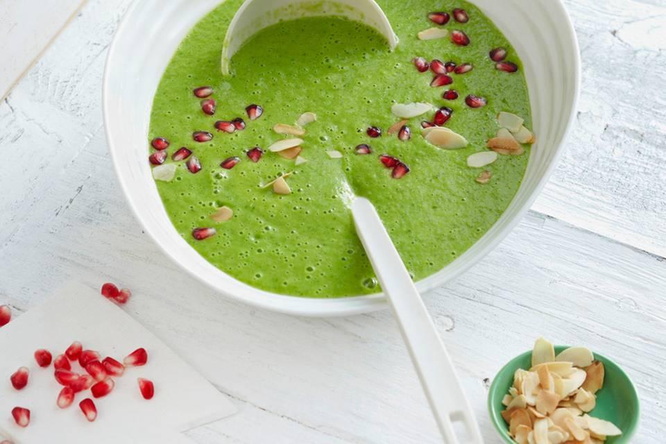 Grüne Petersilienwurzelsuppe mit Granatapfelkernen  Rezept