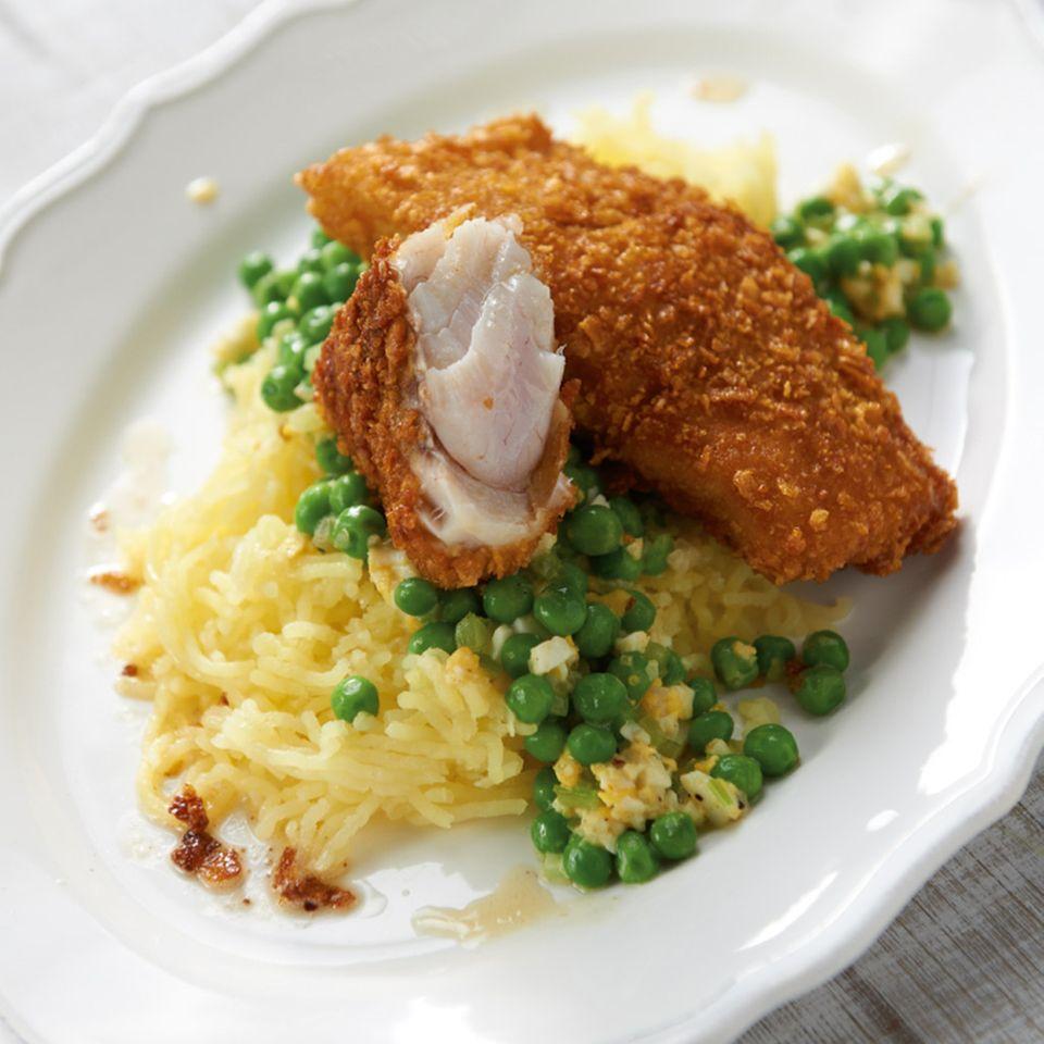 Knusperfisch mit Erbsengemüse