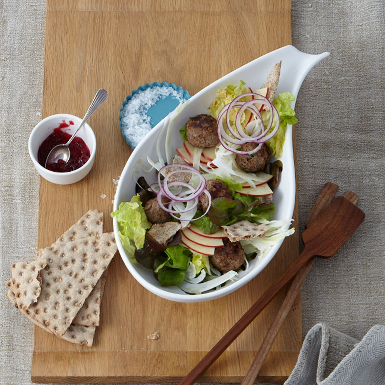 Preiselbeer-Hackbällchen mit Knäckebrot-Salat