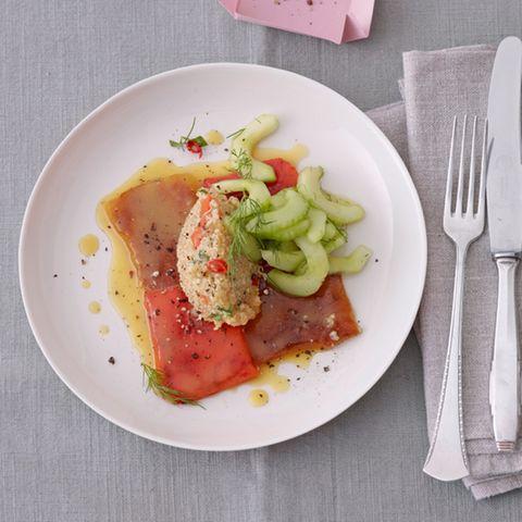 Quinoa-Salat mit gegrillter Paprika und Gurke