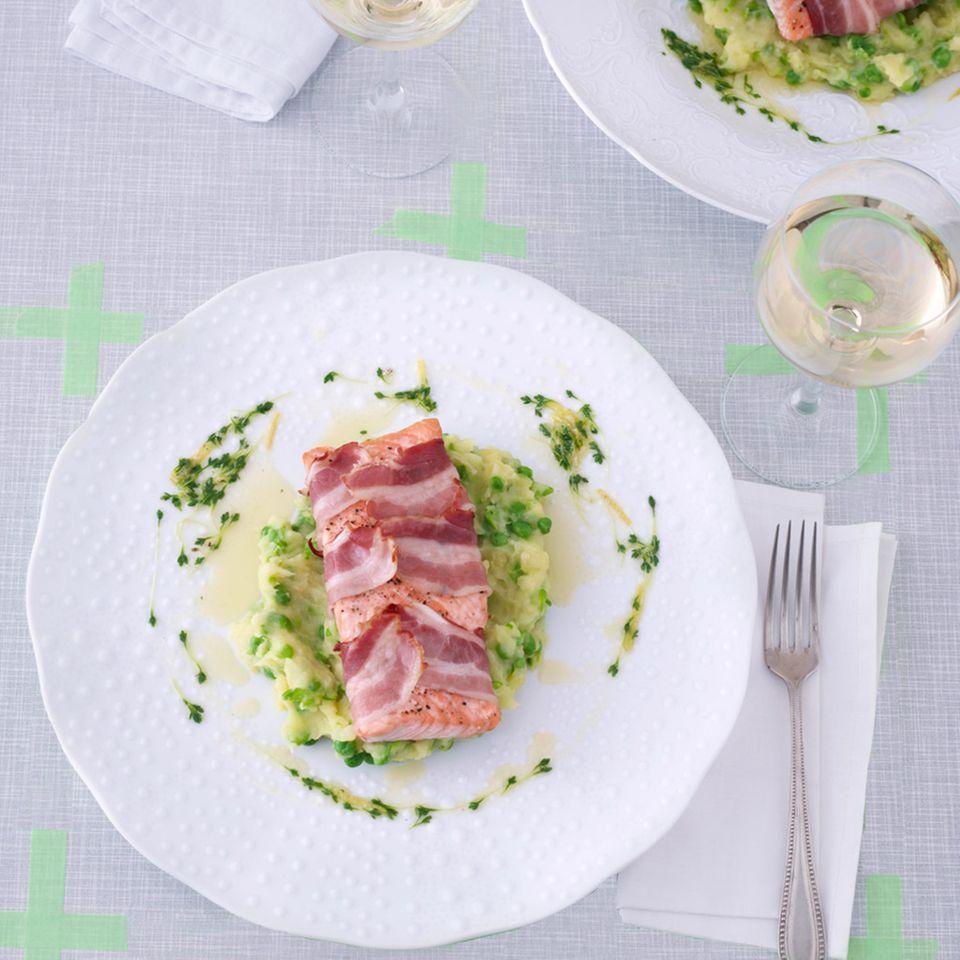 Speck-Lachs mit Kartoffel-Erbsen-Stampf