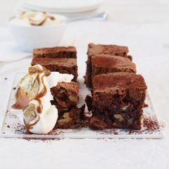 Nuss-Brownies mit Karamellsahne