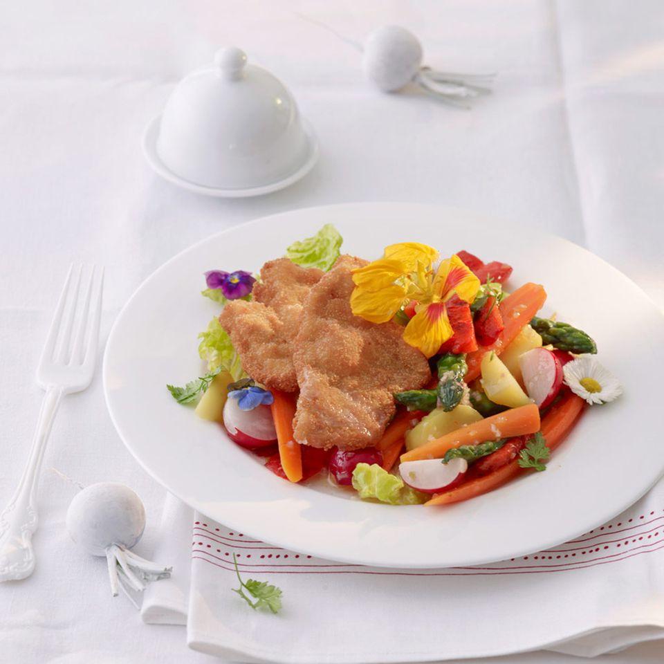 Gemüse-Blüten-Salat mit Schnitzel