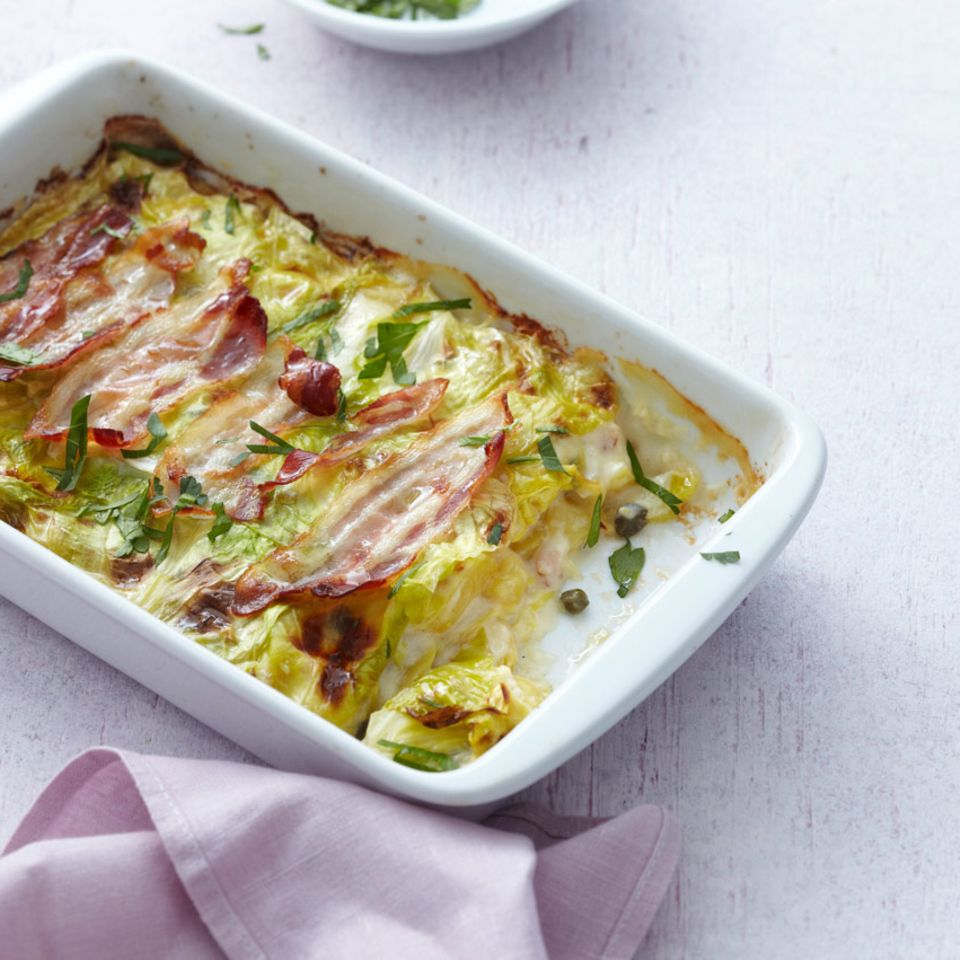 Spitzkohl-Kartoffel-Auflauf mit Kapern und Speck