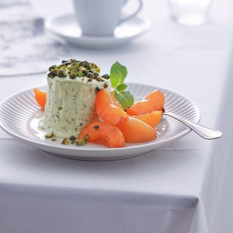 Pistazien-Honig-Parfait mit marinierten Aprikosen