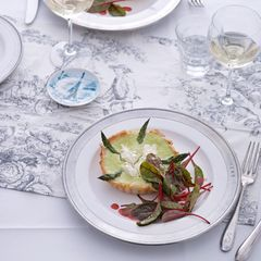 Knusprige Spargel-Quiches mit Mangoldsalat