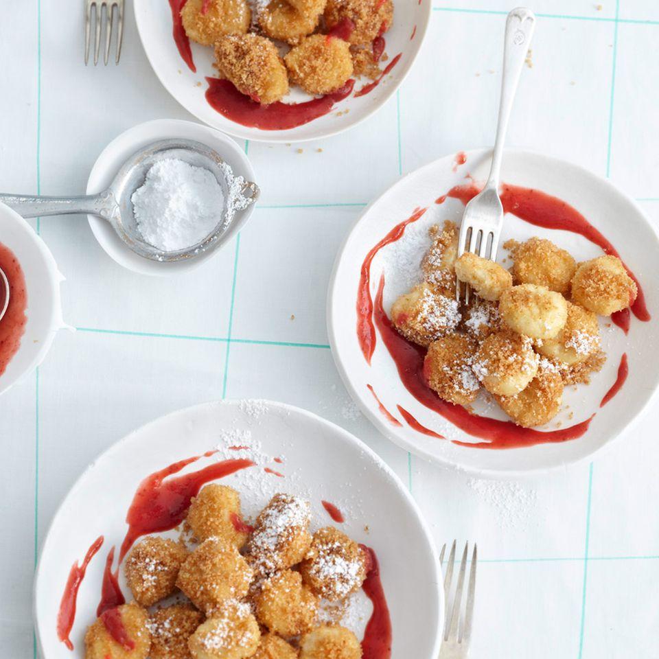 Quark-Gnocchi mit Erdbeer-Rhabarber-Sauce