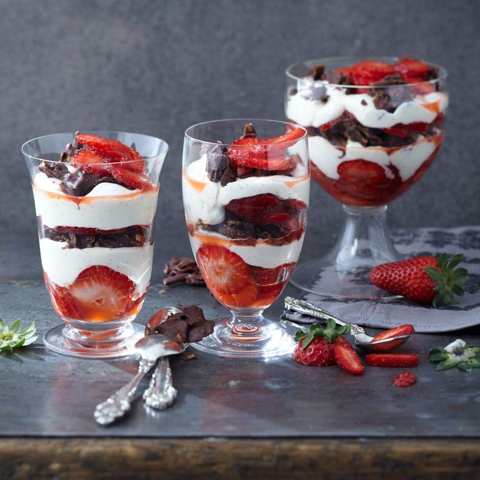 Vanille-Mousse mit Erdbeeren und Schoko-Mandel-Crossies