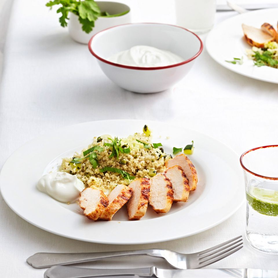 Kräuter-Couscous mit scharfer Hähnchenbrust