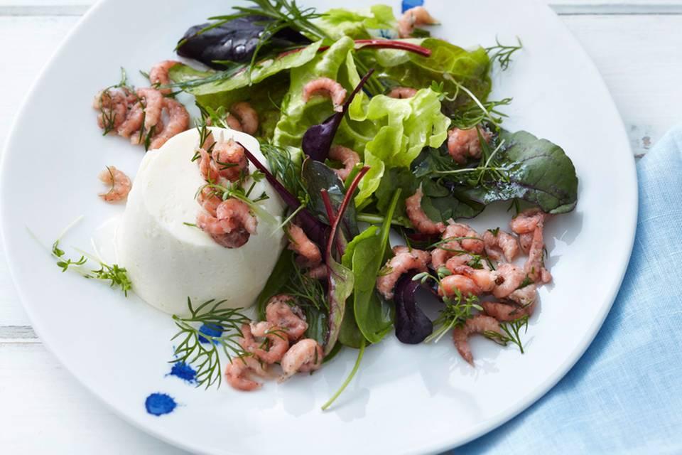 Kartoffel-Mousse mit Salat und Krabben Rezept