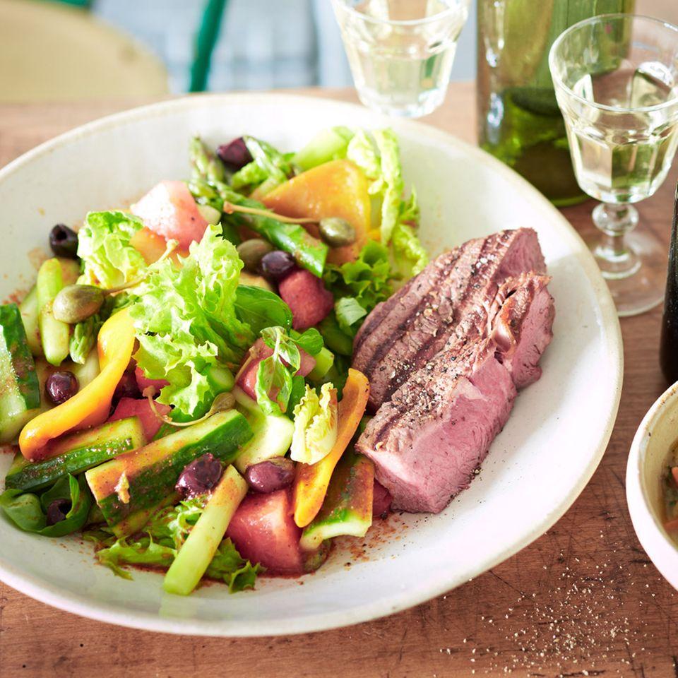 Gemüsesalat mit Harissa-Dressing und Rinderhüfte