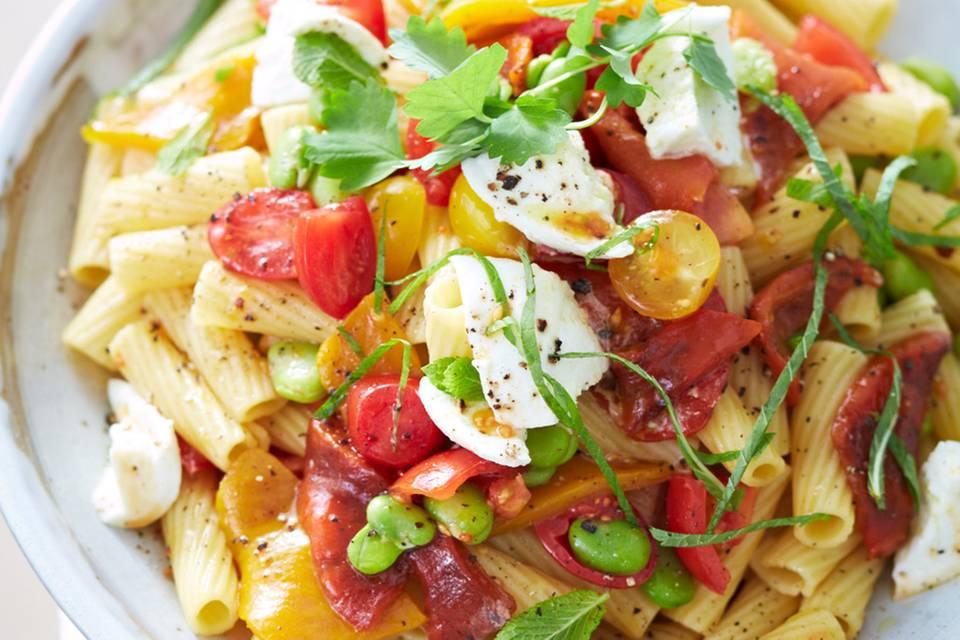 Nudelsalat mit Mozzarella-Sauce und Bohnen Rezept