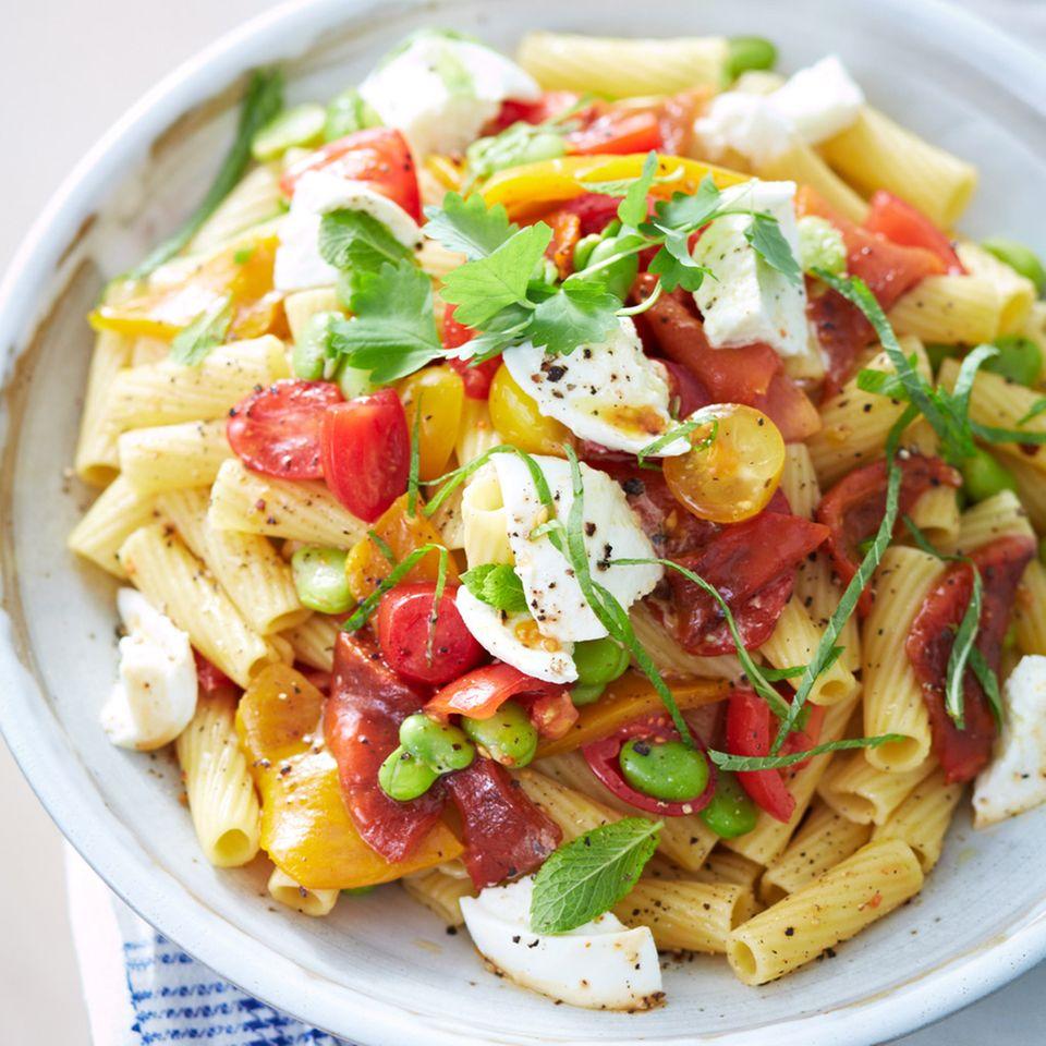Nudelsalat mit Mozzarella-Sauce und Bohnen