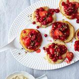 Ricotta-Pfannkuchen mit Beerengrütze