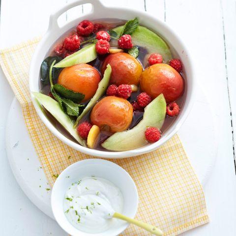 Pochierte Sommerfrüchte