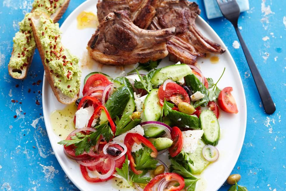 Griechischer Salat mit Lammkoteletts Rezept