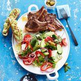 Griechischer Salat mit Lammkoteletts