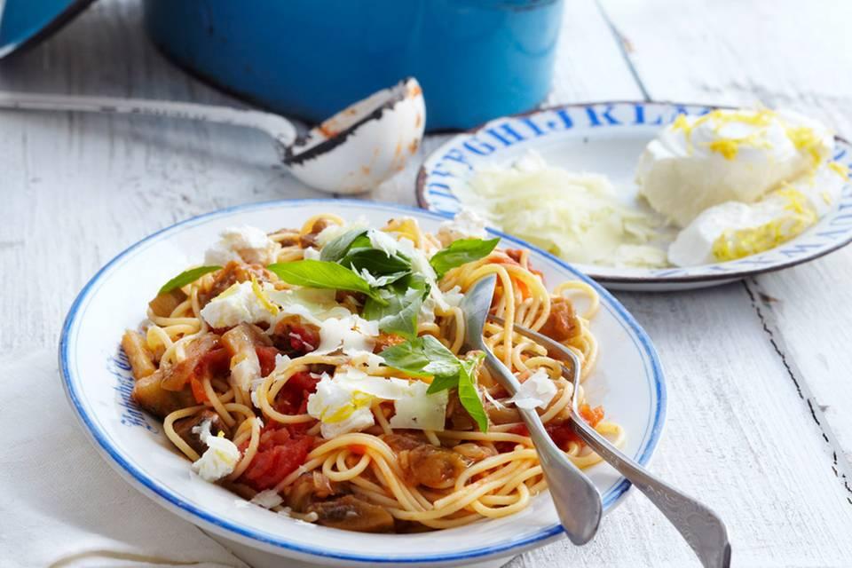 Tomaten-Auberginen-Pasta mit Pfifferlingen Rezept
