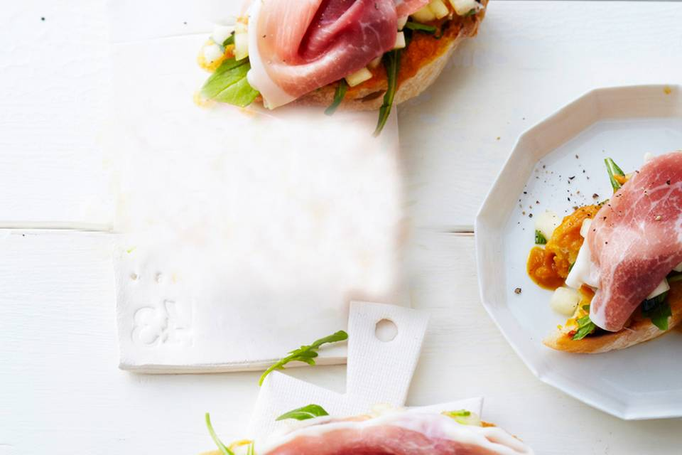 Crostini mit gelbem Paprikapüree und Schinken Rezept