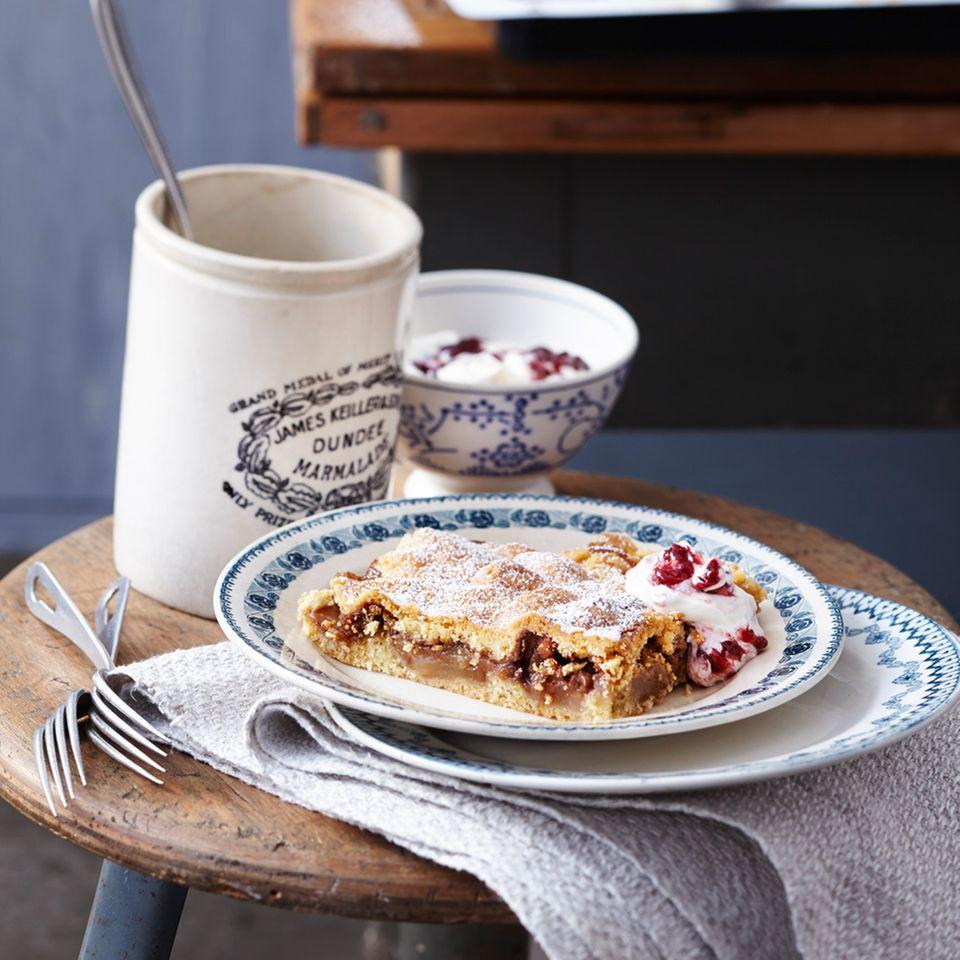 Gedeckter Apfel-Birnenkuchen mit Preiselbeer-Joghurtschmand