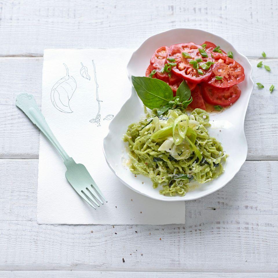 Basilikum-Käsespätzle mit Tomatensalat