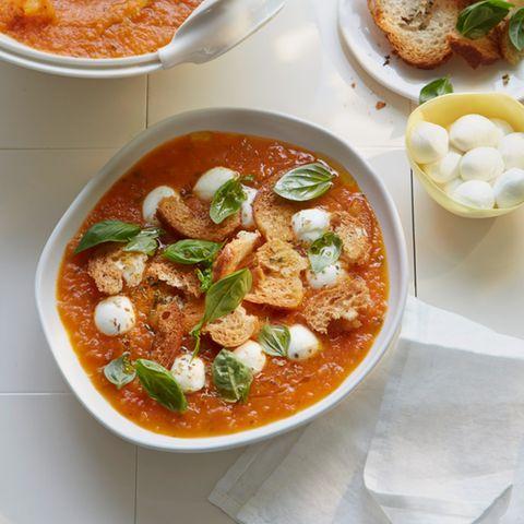 Tomatensuppe mit Büffelmozzarella