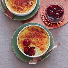 Marzipan-Crème-brûlée mit Gewürzkirschen