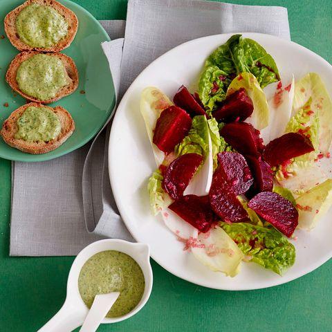 Chicorée-Römersalat mit Rote Bete und Pesto-Creme-Crostini