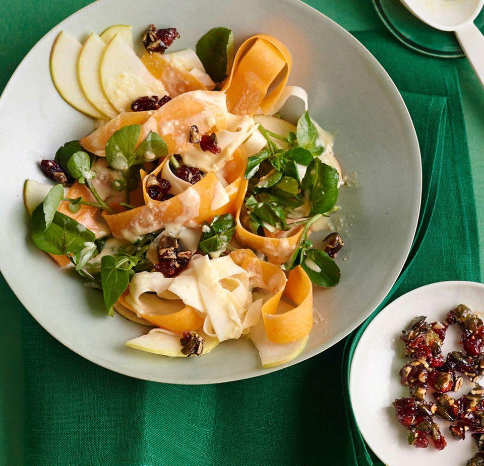 Knackig und frisch: Salat mit rohem Kürbis