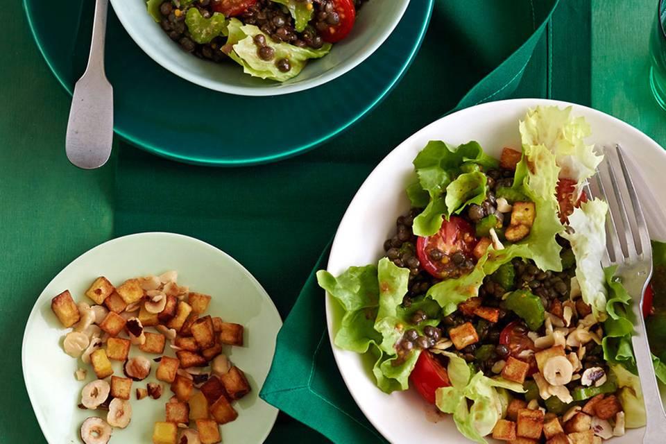 Endivien-Linsen-Salat mit Nuss-Kartoffel-Würfeln Rezept