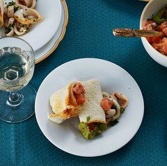 Toast-Röllchen mit Lachs und Calamari