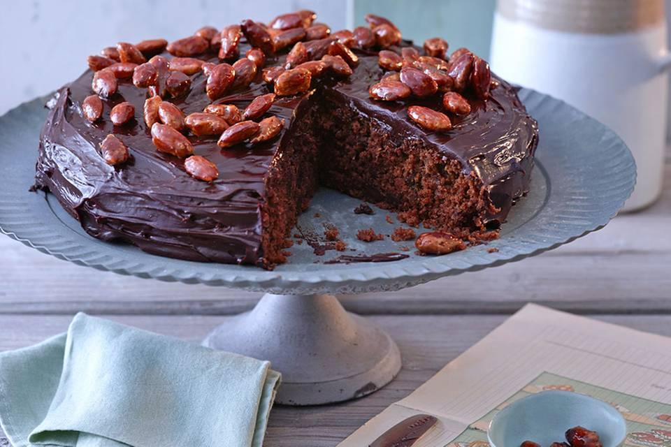 Pastinaken-Schokoladen-Kuchen mit gebrannten Mandeln Rezept