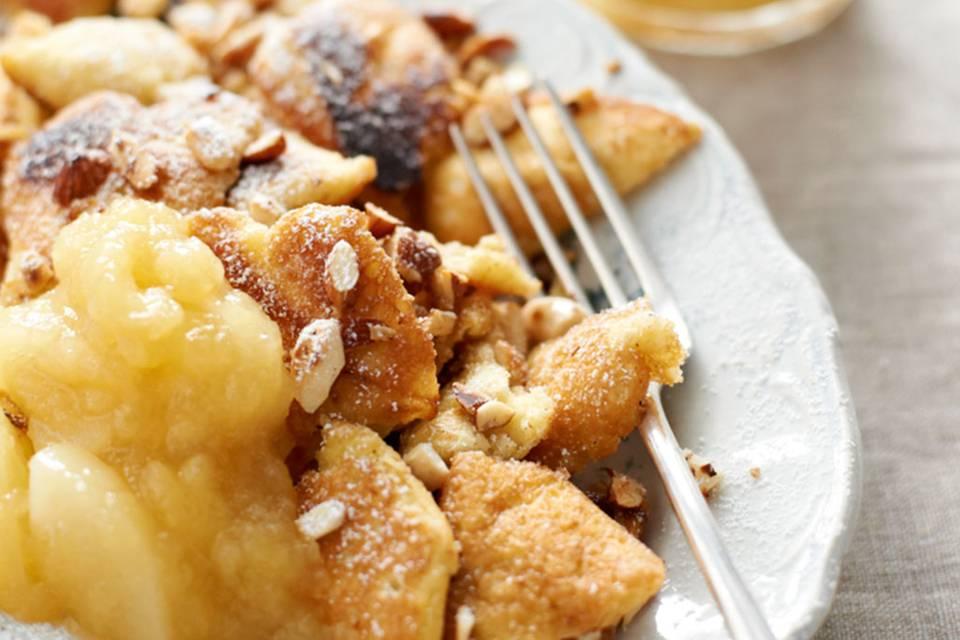 Kaiserschmarren mit Apfel-Birnen-Kompott Rezept