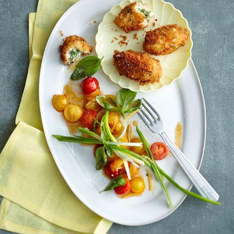 Hähnchen-Kroketten mit Tomatensalat