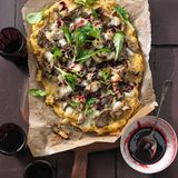 Polenta-Pizza mit Pilzen und Feldsalat
