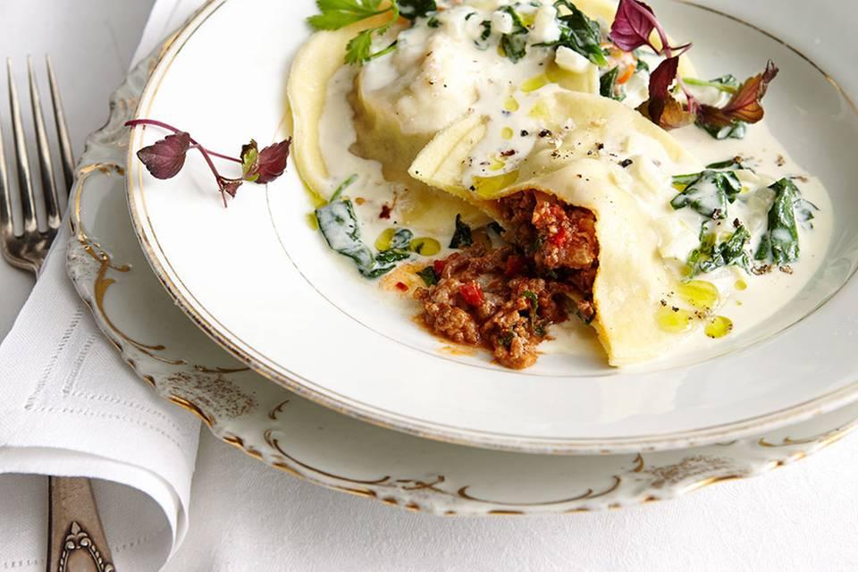 Ravioli mit Bolognese und Spinatsauce Rezept