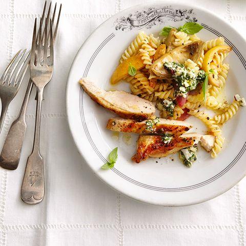 Spiralnudeln mit Huhn und Mozzarella-Pesto